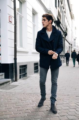 Cómo combinar: chaquetón azul marino, camiseta de manga larga estampada blanca, vaqueros pitillo azul marino, botines chelsea de ante negros