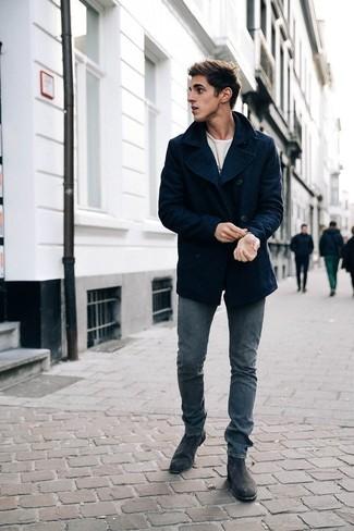 Cómo combinar un chaquetón azul marino: Si buscas un look en tendencia pero clásico, ponte un chaquetón azul marino y unos vaqueros grises. Con el calzado, sé más clásico y opta por un par de botines chelsea de ante en gris oscuro.