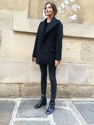 Cómo combinar: chaquetón azul marino, jersey con cuello circular negro, vaqueros pitillo negros, botines de cuero negros
