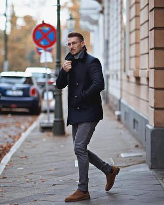 Cómo combinar: chaquetón azul marino, jersey de cuello alto gris, vaqueros grises, botines chelsea de ante marrónes