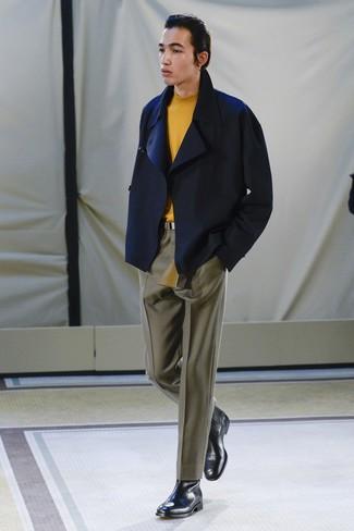 Cómo combinar: chaquetón azul marino, jersey de cuello alto naranja, pantalón de vestir verde oliva, botines chelsea de cuero negros