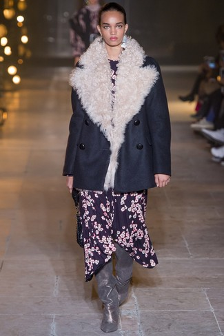 Cómo combinar: chaquetón azul marino, vestido midi con print de flores azul marino, botas sobre la rodilla de cuero plateadas