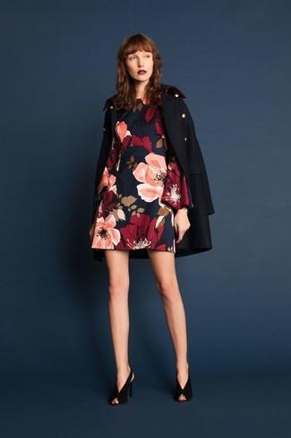 Cómo combinar: chaquetón azul marino, vestido recto con print de flores azul marino, zapatos de tacón de ante negros