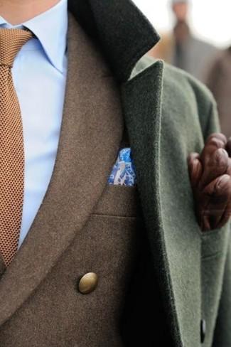 Considera emparejar un chaquetón verde oliva con un blazer marrón para rebosar clase y sofisticación.