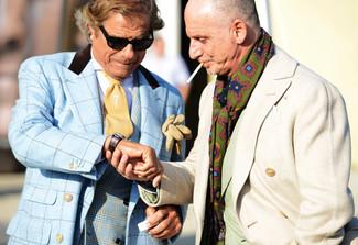 Cómo combinar: chaquetón de tartán celeste, blazer cruzado de tartán azul, camisa de vestir blanca, corbata marrón claro