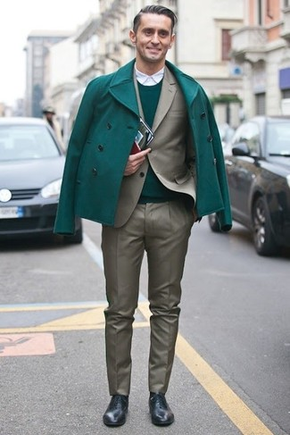 Algo tan simple como optar por un jersey con cuello circular verde de Anvil y un pantalón de vestir gris puede distinguirte de la multitud. Zapatos oxford de cuero negros levantan al instante cualquier look simple.