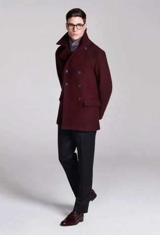 Cómo combinar: chaquetón burdeos, pantalón de vestir en gris oscuro, zapatos con doble hebilla de cuero burdeos, bufanda de tartán gris