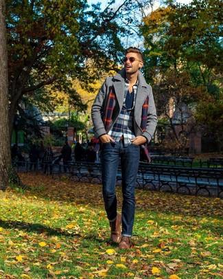 Cómo combinar: chaquetón gris, camisa de manga larga de franela de tartán en blanco y rojo y azul marino, camiseta henley de manga larga azul marino, vaqueros azul marino
