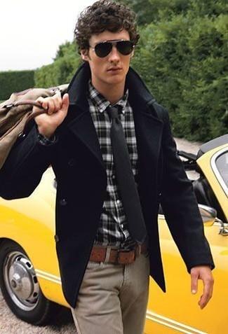 Cómo combinar: chaquetón negro, camisa de manga larga de tartán en negro y blanco, pantalón chino marrón claro, bolsa tote de lona marrón claro