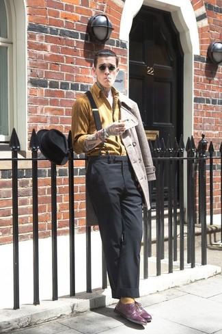 Accede a un refinado y elegante estilo con un chaquetón beige y un pantalón de vestir negro. ¿Te sientes ingenioso? Dale el toque final a tu atuendo con zapatos oxford de cuero morado oscuro.