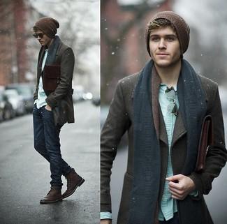 Si buscas un look en tendencia pero clásico, ponte un chaquetón marrón oscuro y unos pantalones. Botas de cuero burdeos son una sencilla forma de complementar tu atuendo.