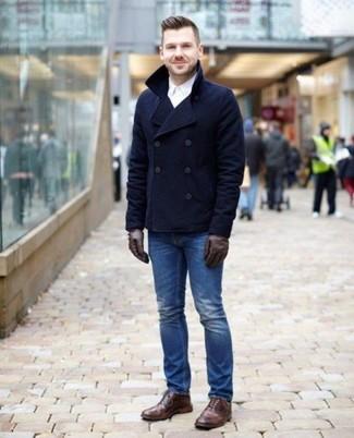 Cómo combinar un chaquetón azul marino: Casa un chaquetón azul marino junto a unos vaqueros azules para lograr un look de vestir pero no muy formal. Botas brogue de cuero marrónes son una opción práctica para completar este atuendo.