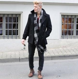 Cómo combinar un chaquetón negro: Casa un chaquetón negro junto a unos vaqueros negros para lograr un look de vestir pero no muy formal. Este atuendo se complementa perfectamente con botas casual de cuero marrónes.