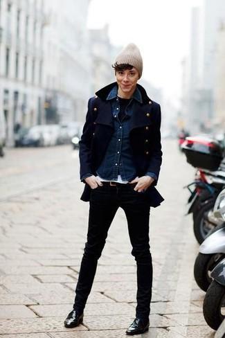 Ponte un chaquetón azul marino y un gorro para un almuerzo en domingo con amigos. Mocasín de cuero negros son una opción buena para complementar tu atuendo.