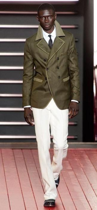 Algo tan simple como optar por un chaquetón verde oliva y un pantalón de vestir blanco puede distinguirte de la multitud. Para darle un toque relax a tu outfit utiliza zapatos brogue de cuero negros y blancos.