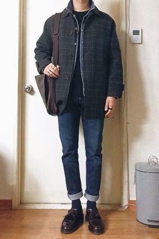 Cómo combinar un mocasín con borlas de cuero burdeos: Casa un chaquetón a cuadros negro con unos vaqueros azul marino para lograr un estilo informal elegante. Mocasín con borlas de cuero burdeos son una forma sencilla de mejorar tu look.