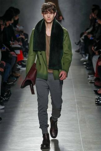 Ponte un chaquetón verde oliva y un pantalón de chándal gris oscuro para cualquier sorpresa que haya en el día. Botas casual de cuero burdeos son una forma sencilla de mejorar tu look.