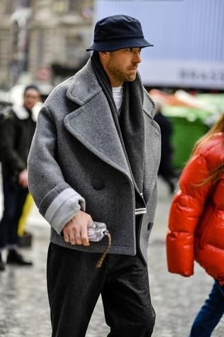 Cómo combinar: chaquetón gris, camiseta con cuello circular blanca, pantalón de vestir de lana negro, sombrero negro