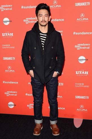Cómo combinar: chaquetón negro, camiseta con cuello circular de rayas horizontales en blanco y negro, vaqueros negros, botas casual de cuero en tabaco