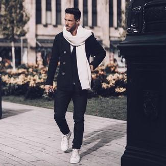 Cómo combinar: chaquetón negro, camiseta con cuello circular blanca, vaqueros negros, zapatillas altas de cuero blancas