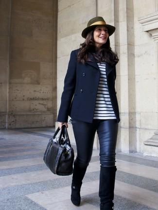 Cómo combinar: chaquetón azul marino, camiseta de manga larga de rayas horizontales en blanco y azul marino, leggings de cuero negros, botas de caña alta de ante negras