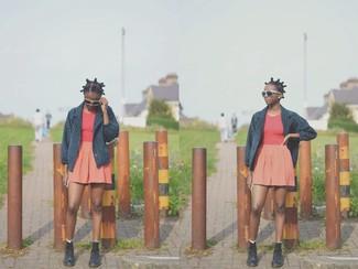 Cómo combinar: chaquetón azul marino, camiseta sin manga roja, falda skater naranja, botas planas con cordones de cuero negras