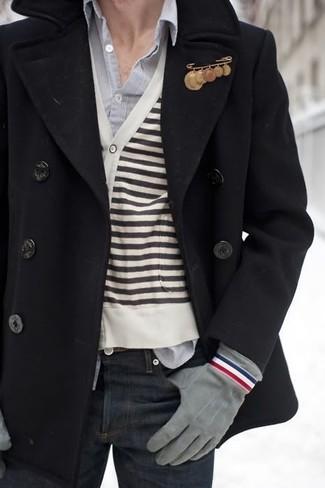 Cómo combinar: chaquetón negro, cárdigan de rayas horizontales en blanco y negro, camisa de manga larga gris, vaqueros azul marino