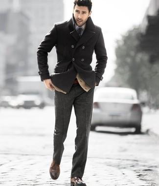 Opta por un cárdigan marrón claro de Scalpers y un pantalón de vestir de lana gris oscuro para rebosar clase y sofisticación. ¿Te sientes valiente? Completa tu atuendo con zapatos brogue de cuero marrón oscuro.