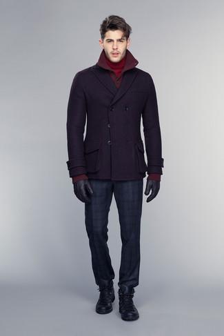 Cómo combinar: chaquetón morado oscuro, cárdigan burdeos, jersey de cuello alto rojo, pantalón de vestir de tartán azul marino