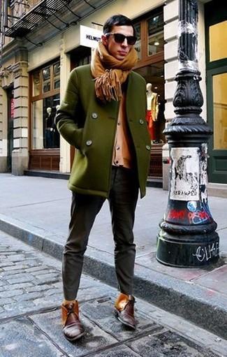 Cómo combinar: chaquetón verde oliva, cárdigan marrón claro, vaqueros en gris oscuro, botas safari de cuero burdeos