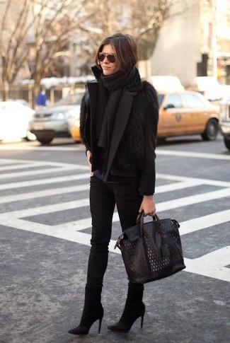 Cómo combinar: chaquetón negro, chaleco de pelo negro, camiseta de manga larga azul marino, vaqueros pitillo negros
