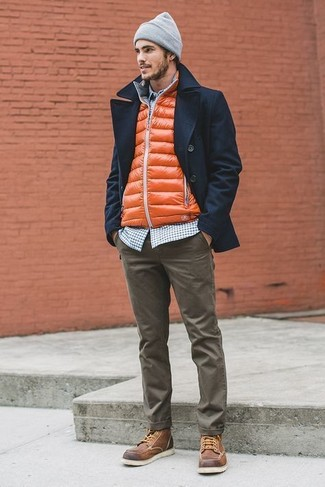 Cómo combinar: chaquetón azul marino, chaleco de abrigo naranja, camisa de manga larga de cuadro vichy en azul marino y blanco, pantalón chino verde oliva