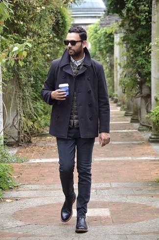 Cómo combinar: chaquetón en gris oscuro, chaleco de abrigo acolchado en marrón oscuro, camisa de manga larga a cuadros gris, vaqueros negros