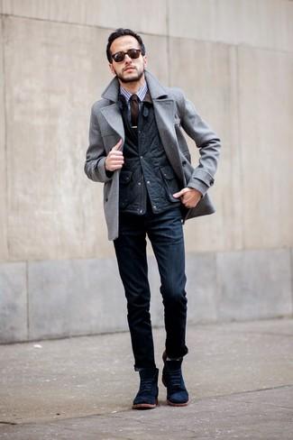 Cómo combinar unas botas casual de ante azul marino: Empareja un chaquetón gris junto a unos vaqueros azul marino para lograr un estilo informal elegante. Complementa tu atuendo con botas casual de ante azul marino.