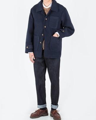 Cómo combinar unos vaqueros: Intenta combinar un chaquetón azul marino junto a unos vaqueros para un lindo look para el trabajo. Agrega zapatos derby de cuero marrónes a tu apariencia para un mejor estilo al instante.