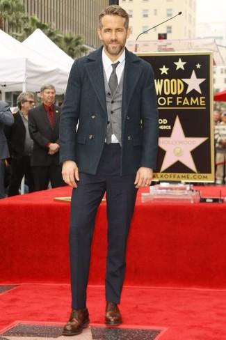 Look de Ryan Gosling: Chaquetón verde oscuro, Chaleco de vestir de lana gris, Camisa de vestir blanca, Pantalón de vestir de tartán azul marino