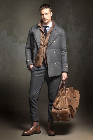 Cómo combinar: chaquetón en gris oscuro, chaqueta campo de cuero marrón, camisa de vestir a cuadros celeste, pantalón de vestir de lana en gris oscuro