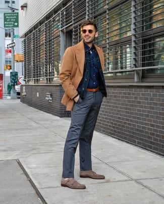 Cómo combinar: chaquetón marrón claro, chaqueta vaquera azul marino, camisa de manga larga a lunares azul marino, pantalón de vestir de tartán gris