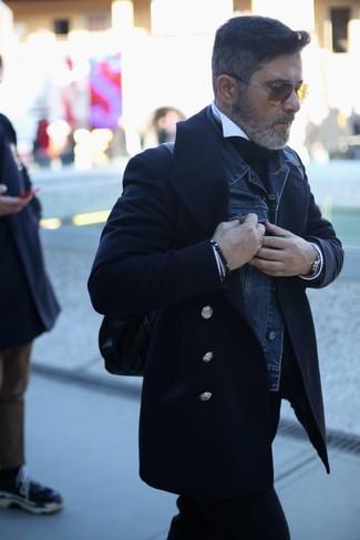 Look de moda: Chaquetón negro, Chaqueta vaquera azul marino, Jersey de cuello alto negro, Camisa de vestir blanca