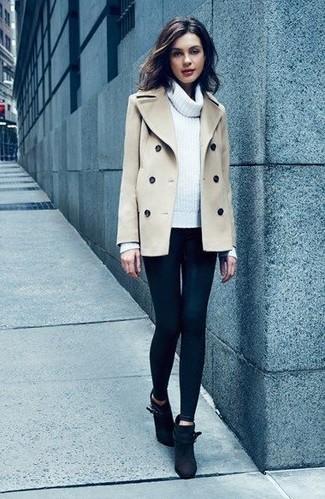 Cómo combinar: chaquetón en beige, jersey con cuello vuelto holgado blanco, leggings negros, botines de ante negros