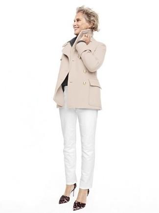 Look de Lauren Hutton: Chaquetón en Beige, Pantalón Chino Blanco, Zapatos de Tacón de Ante de Leopardo en Marrón Oscuro