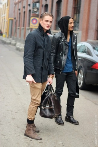 Cómo combinar: chaquetón en gris oscuro, pantalón chino marrón claro, botas casual de cuero marrónes