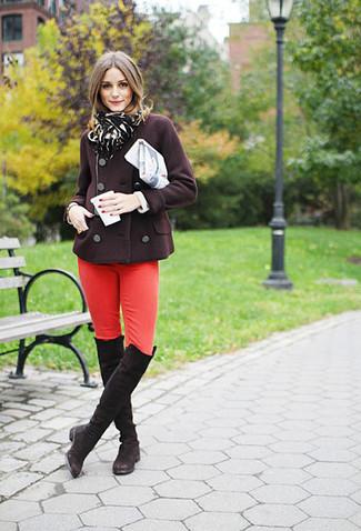 Cómo combinar: chaquetón en marrón oscuro, vaqueros pitillo rojos, botas sobre la rodilla de ante en marrón oscuro, bufanda de leopardo negra