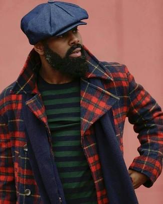 Cómo combinar: chaquetón de tartán en rojo y azul marino, jersey con cuello circular de rayas horizontales en azul marino y verde, gorra inglesa azul marino, bufanda azul marino