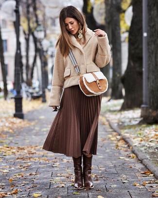 Cómo combinar: chaquetón de forro polar en beige, falda midi plisada en marrón oscuro, botas camperas de cuero en marrón oscuro, bolso bandolera de ante en tabaco