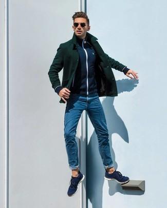 Cómo combinar: chaquetón verde oscuro, jersey con cremallera azul marino, vaqueros azules, tenis de lona azul marino