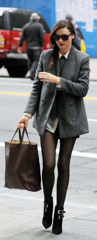 Look de Miranda Kerr: Chaquetón Gris, Jersey con Cuello Circular Gris, Camisa de Vestir Gris, Pantalones Cortos de Cuero Negros