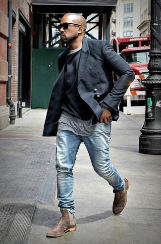 Look de Kanye West: Chaquetón Negro, Jersey con Cuello Circular Negro, Camiseta con Cuello Circular Gris, Vaqueros Celestes