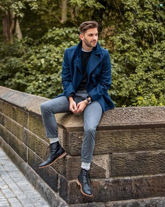 Cómo combinar: chaquetón azul marino, jersey con cuello circular negro, camiseta con cuello circular blanca, pantalón de vestir gris