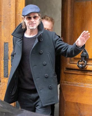 Cómo combinar: chaquetón negro, jersey con cuello circular negro, camiseta con cuello circular blanca, pantalón chino negro